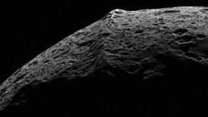 Горная цепь на спутнике Япет, вероятно имеет экзогенное происхождение