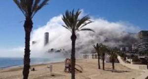 Большие облака поглощают пляжи в Испании