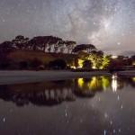 Млечный Путь отражается в озере в Новой Зеландии
