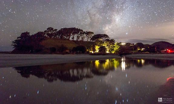 Млечный Путь мерцает над небольшим водоемом