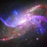 Черная дыра в центре галактики Messier 106 устраивает яркое шоу