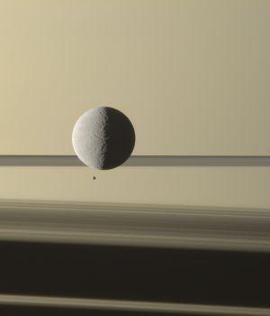 Спутники Сатурна - Рея и Эпиметей на снимке космического аппарата Кассини