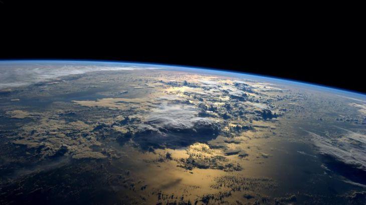 Впечатляющий восход Солнца над океаном с борта МКС