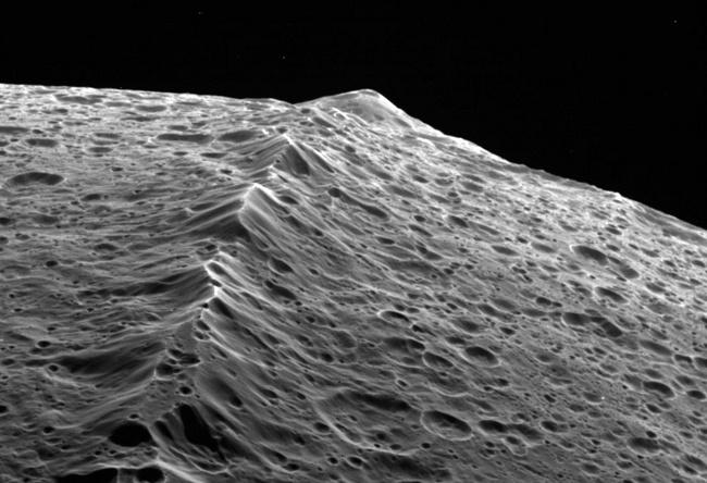 Учёные предложили пояснение загадке горной гряды на экваторе Япета