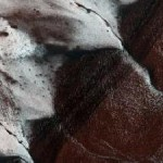 Заледеневшие скалы на Марсе