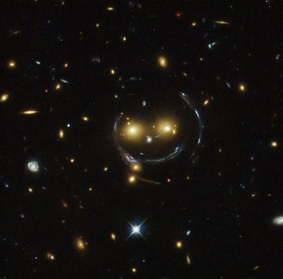 """Космический телескоп Хаббл сделал снимок """"улыбки"""" в скоплении галактик SDSS J1038+4849"""