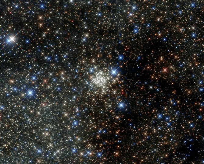 """Космический телескоп """"Хаббл"""" сделал фотографию плотного звездного скопления нашей галактики"""