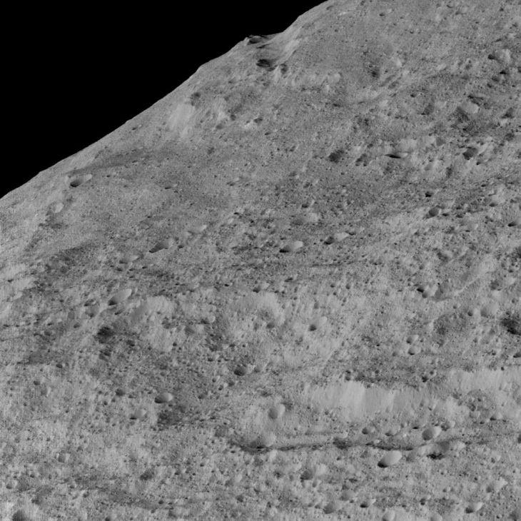 Фотография поверхности Цереры с высоты 385 километров